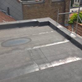 Plat dak in roofing